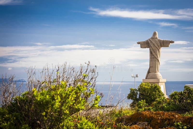 Tatue jezus chrystus przy Garajau w Funchal z zadziwiającym areal widokiem, madera zdjęcia royalty free