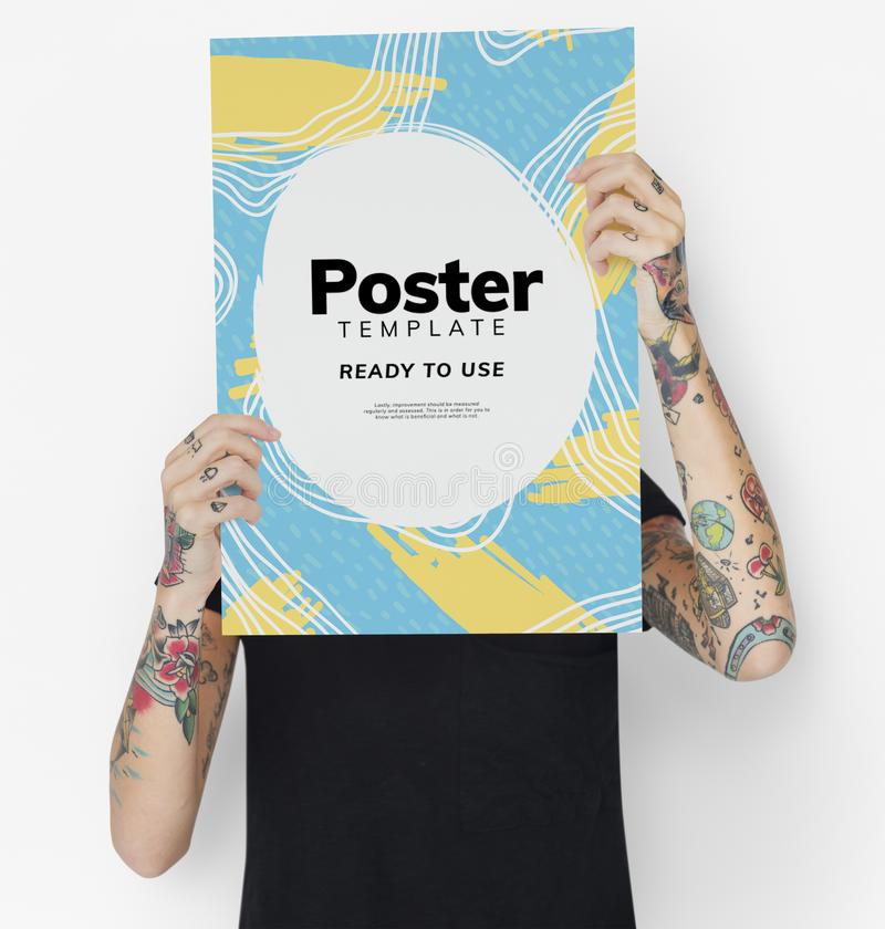 Tatuerad affisch för modell för kvinnavisningmellanrum arkivfoton