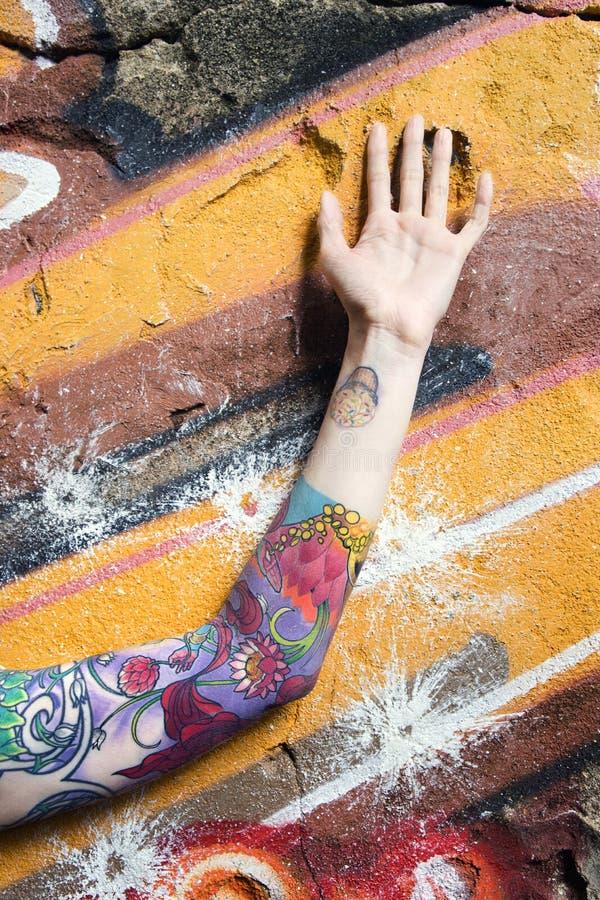 tatuerad kvinna för arm s arkivbilder