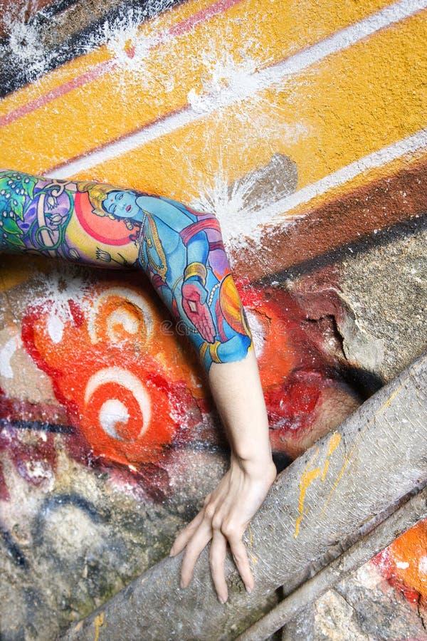 tatuerad kvinna för arm s royaltyfri foto