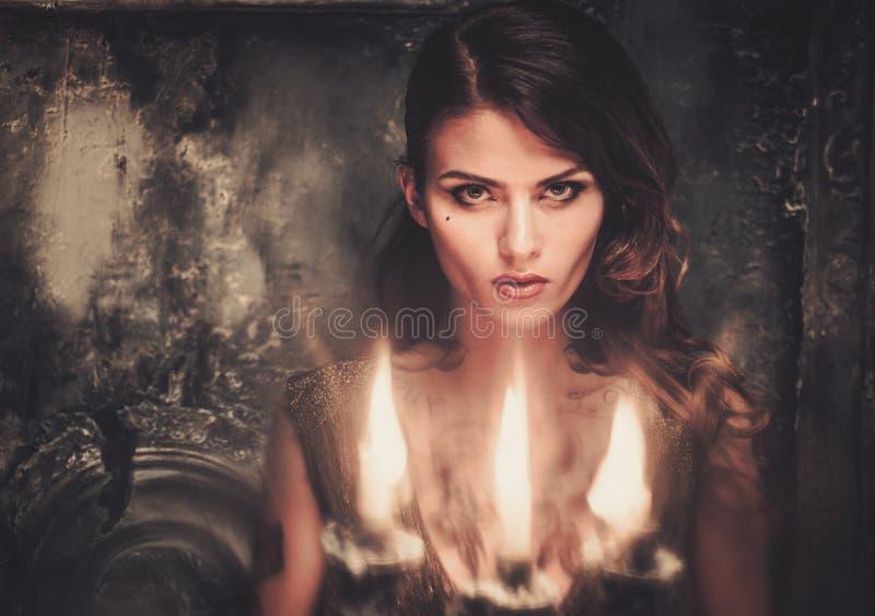 Tatuerad kvinna i spöklik inre royaltyfri fotografi