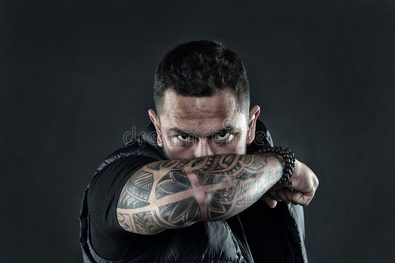 Tatuerad manlig framsida för armbågeskinn Manlighet och brutalitet Tatueringkulturbegrepp Brutal orakad latinamerikan för man arkivfoton