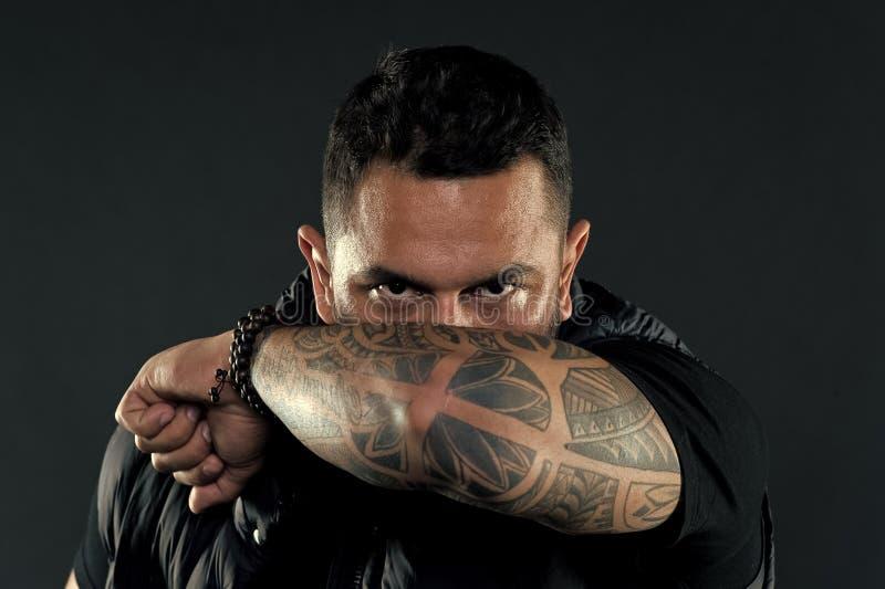 Tatuerad manlig framsida f?r armb?geskinn Tatueringkulturbegrepp Tatuerad arm f?r man brutalt orakat latinamerikanskt utseende sk royaltyfri bild