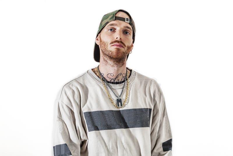 Tatuerad rapsångare som poserar i studio royaltyfria foton
