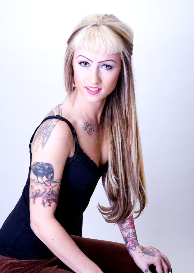 tatuerat kvinnabarn i korrekt läge royaltyfri fotografi