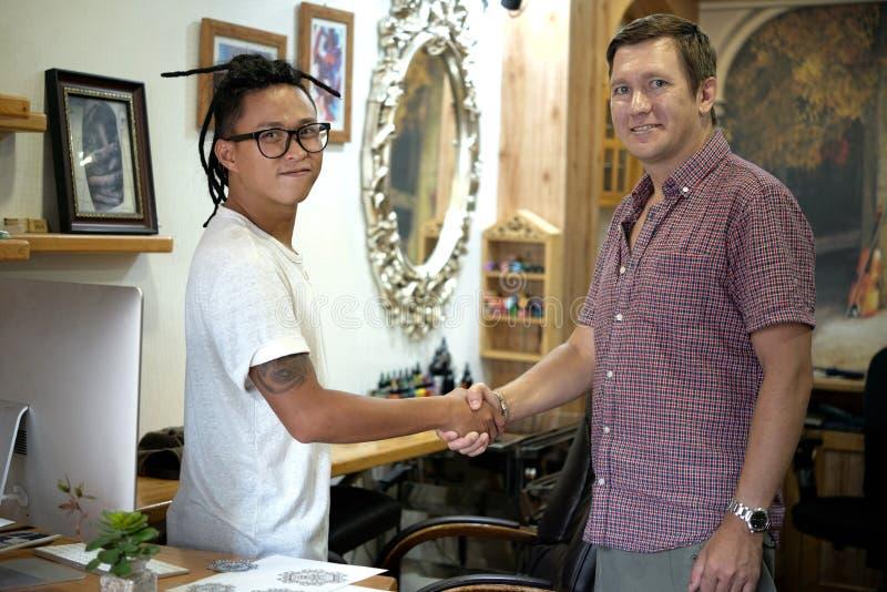 Tatueringförlage och klient fotografering för bildbyråer