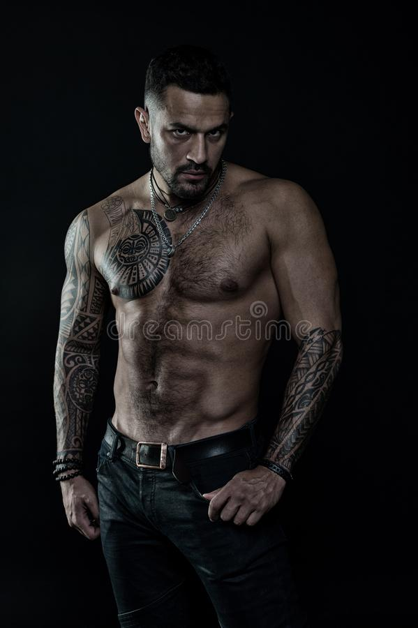 Tatueringmodell med sex packe och ab Skäggig man med den tatuerade kroppen Man med den sexiga kala torson i jeans idrottsman nen  royaltyfria bilder