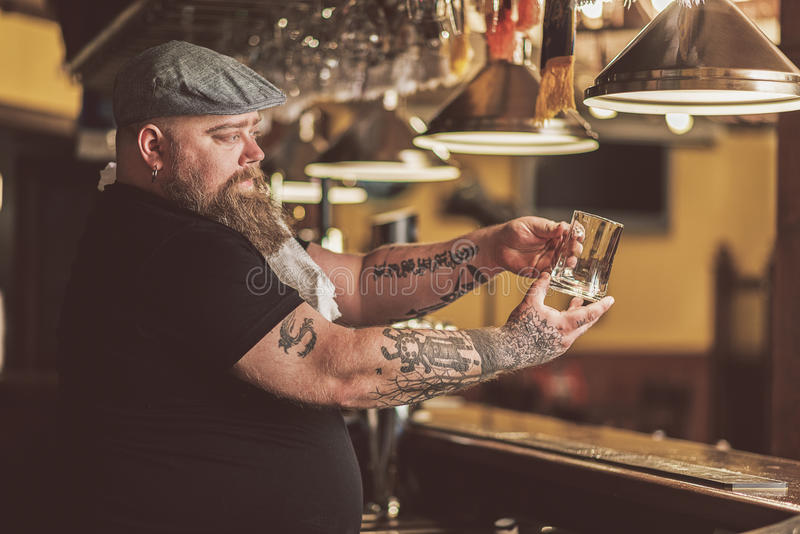 Tatuujący faceta czekanie dla pierwszy klienta w barze zdjęcie stock