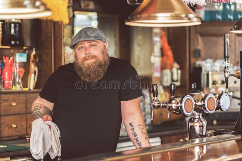 Tatuujący męski działanie jako barman zdjęcia royalty free