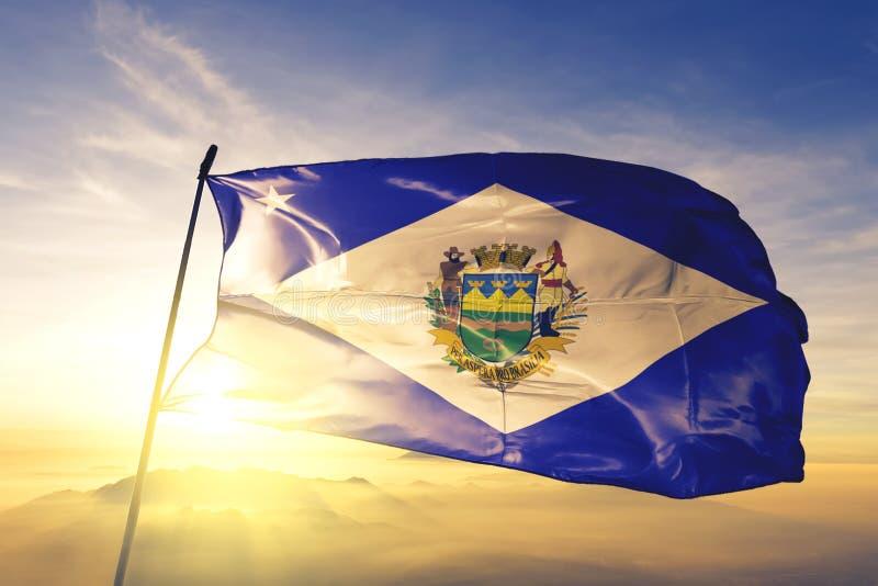 Taubate z flagą brazylijską machającą na mgle wschód słońca fotografia royalty free