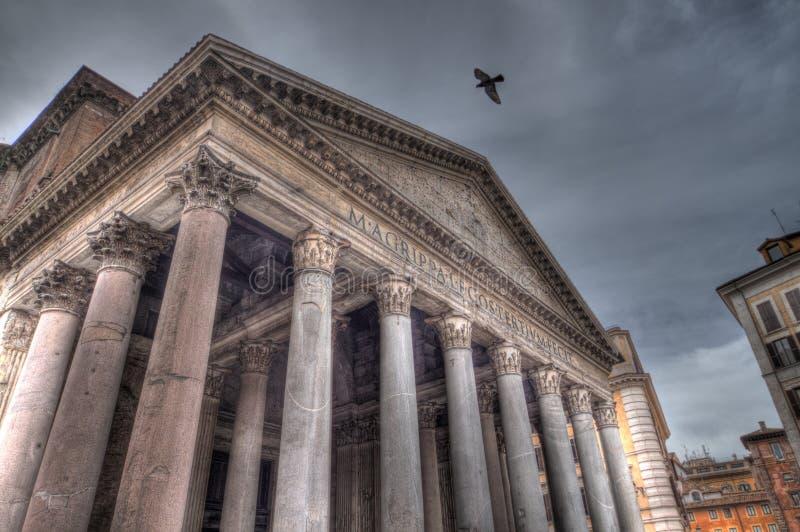 Taube, die über Pantheon (HDR, fliegt) lizenzfreie stockfotos