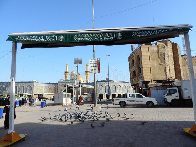Tauben am Eingang des heiligen Schreins von Abbas Ibn Ali, Kerbela, der Irak stockfotos