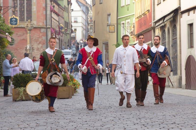 TAUBER de ROTHENBURG OB DER, ALEMANIA - 5 de septiembre: Ejecutantes de t foto de archivo libre de regalías