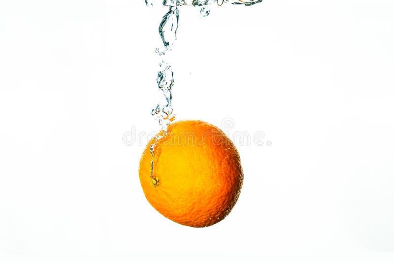 Tauchen der frischen Frucht in Wasser mit Blasen stockfotos