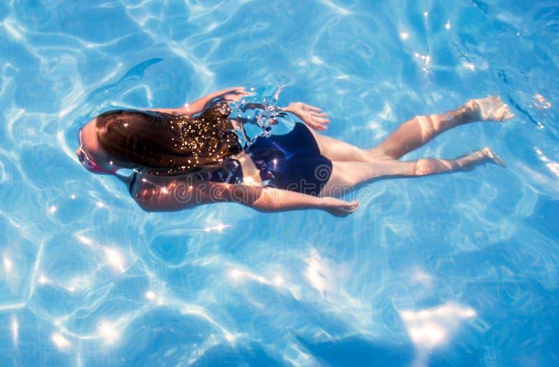 Tauchen des kleinen Mädchens im Pool lizenzfreie stockfotos