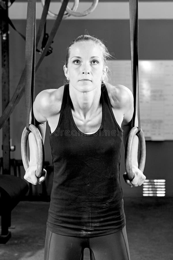 Tauchen Sie eintauchende Übung der jungen Frau des Ringes - crossfit Training ein stockbilder