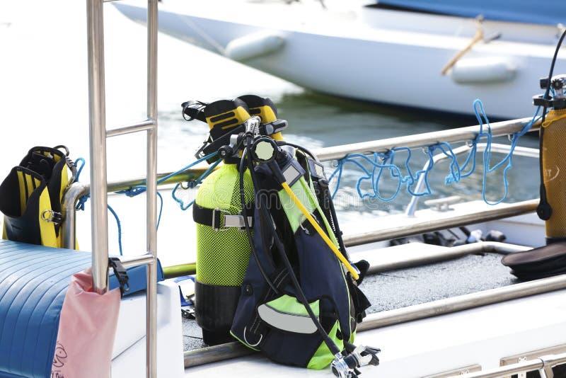 Tauchensausrüstung auf einem Boot lizenzfreies stockfoto