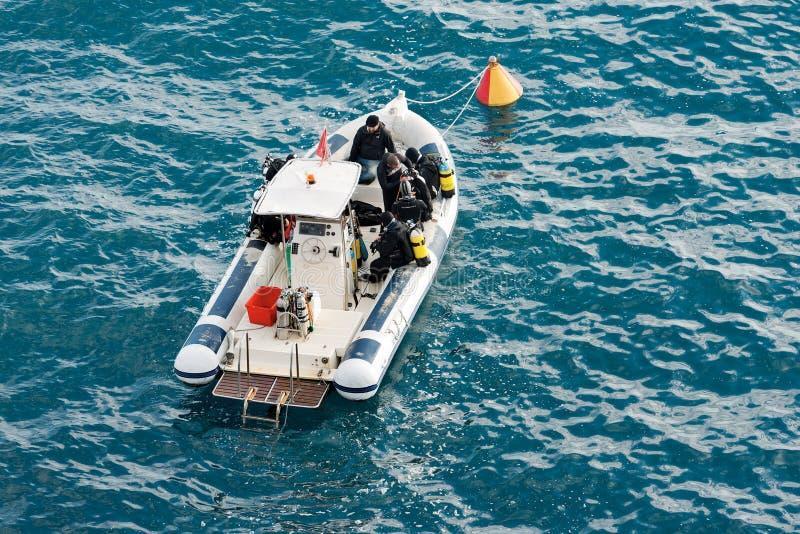 Taucher auf einem Boot - bereit zum Tauchen stockfoto