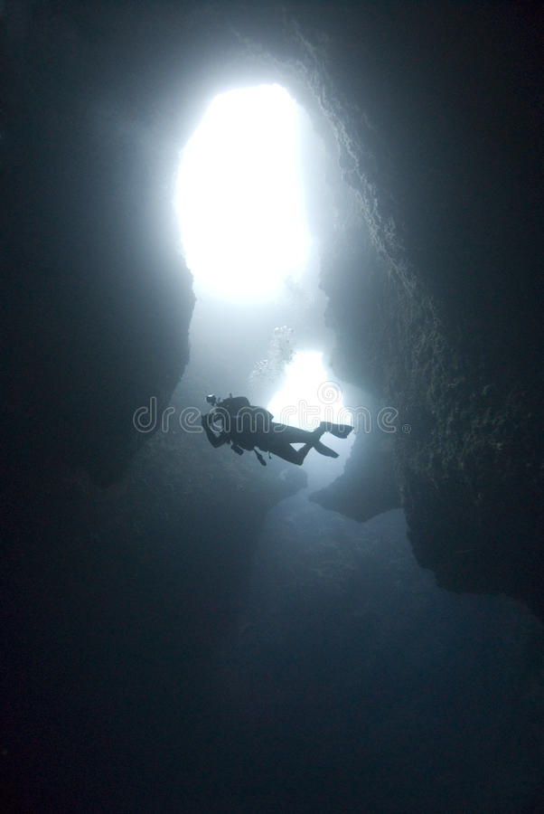 Taucher in der Unterwasserhöhle stockfoto