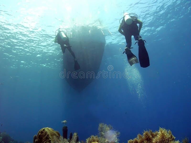 Taucher, die zu Dive Boat zurückkommen lizenzfreie stockbilder