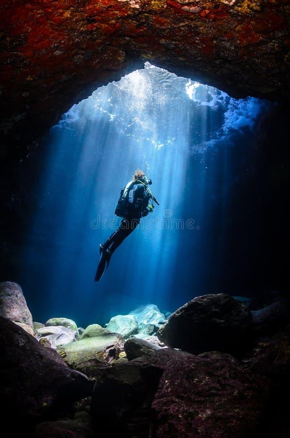 Taucher in einer Höhle in Teneriffa, Kanarische Inseln stockfotos