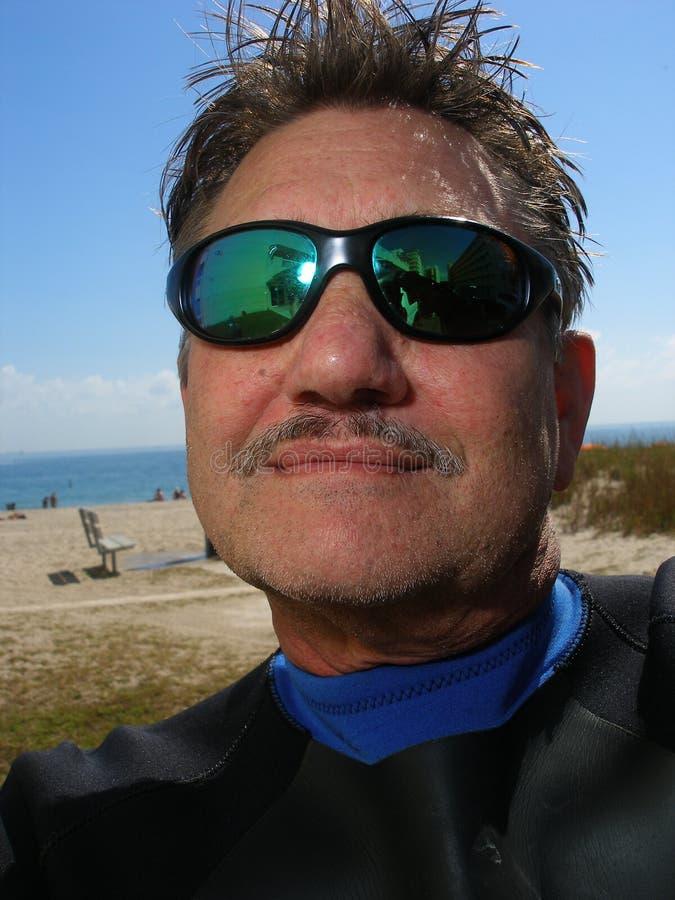 Taucher stellen mit Sonnenbrillen gegenüber stockbild