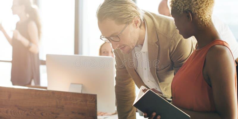 Tauchergruppe von personen arbeitet im Büro lizenzfreies stockbild