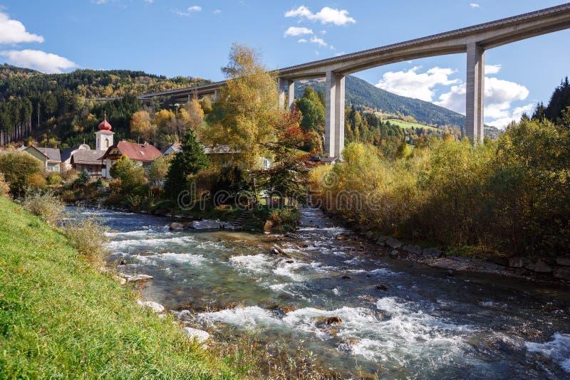 Tauern-Autobahn-Autobahnbrücke nahe der Stadt von Eisentratten Österreich lizenzfreie stockfotografie