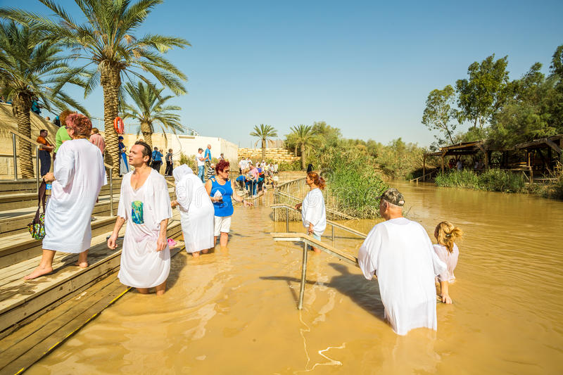 Taufe in einem Fluss von Jordanien, Israel stockfotografie
