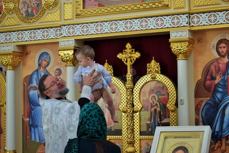 Taufe eines Jungen in der orthodoxen Kirche stockbild