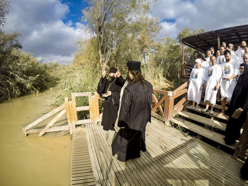 Tauferitual an Qasr EL Yahud nahe Yericho auf dem Fluss Jordan stockfotos