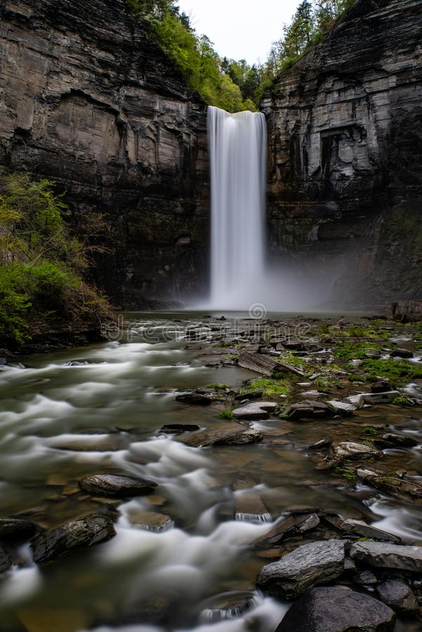 Taughannock понижается - долгая выдержка - водопад - Ithaca, Нью-Йорк стоковое изображение