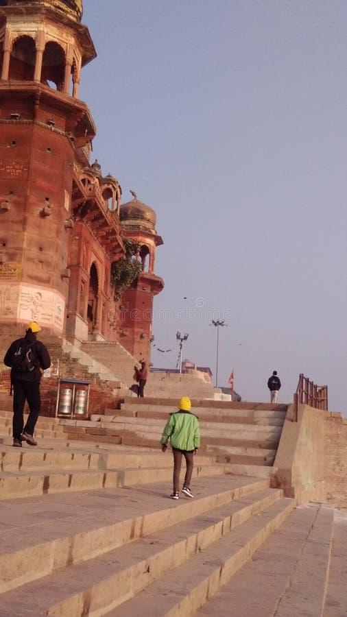 Taumeln in den Pflasterungen des schalen indischen Tempels lizenzfreie stockbilder