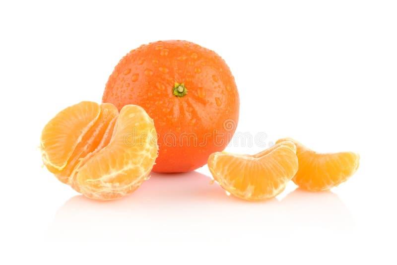 Taunasse abgezogene Mandarinen der Atelieraufnahme auf Weiß stockfotografie