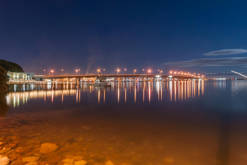 Tauranga-Nachtszene, Brücke unter Neumond stockbilder
