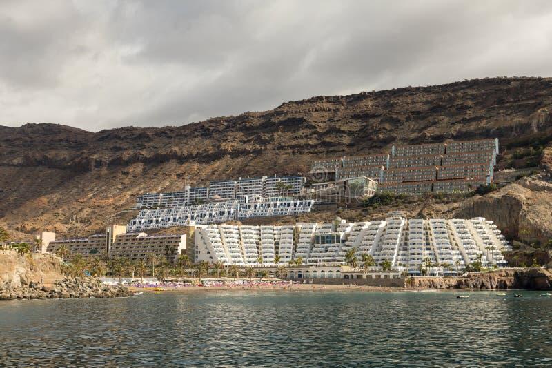 Taurito, Gran Canaria Пляж и гостиницы увиденные от моря, погоды overcast стоковое изображение rf