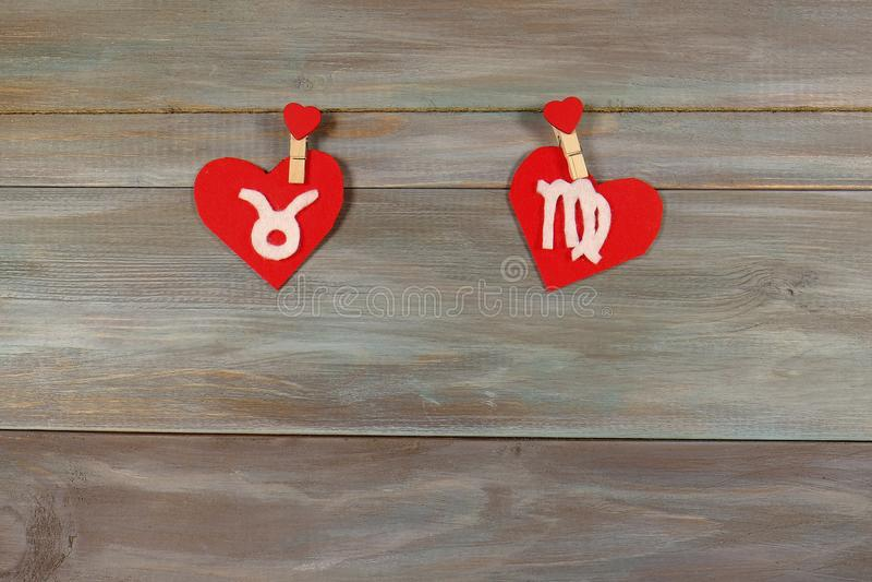 Tauro y la virgen muestras del zodiaco y del corazón fieltro Madera imagen de archivo libre de regalías