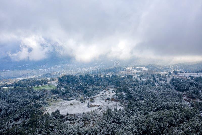 Taurus Mountains door Antalya, Turkije, dat in April 2019 \ r \ n 'wordt genomen genomen in hdr stock afbeeldingen