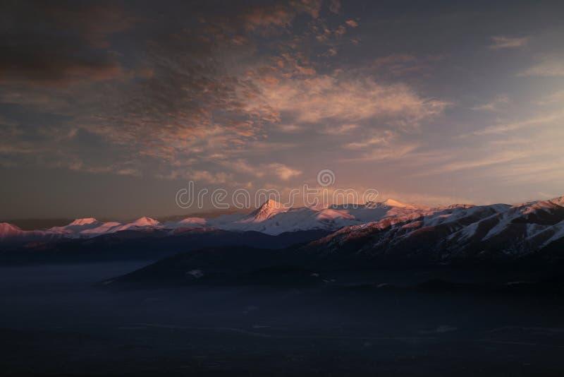 Taurus Mountains på solnedgångljus med några moln över royaltyfri bild