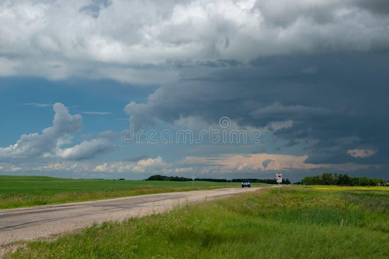 Tauschen Sie das Nähern mit auftauchenden Sturmwolken, Saskatchewan, Canad lizenzfreie stockbilder