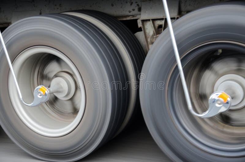 Tauschen Sie die Reifen, die an der hohen Geschwindigkeit auf der Straße spinnen stockbild