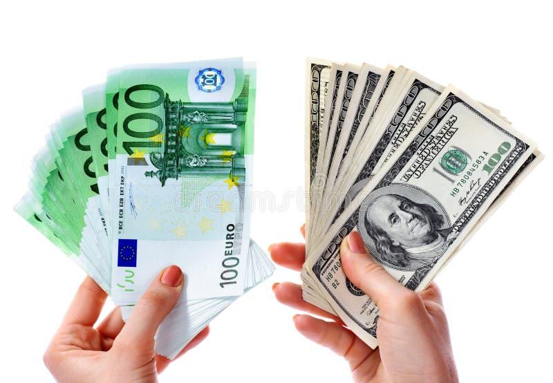 Tauschen Sie Dollar zum Eurogeld in der weiblichen Hand aus. stockfoto