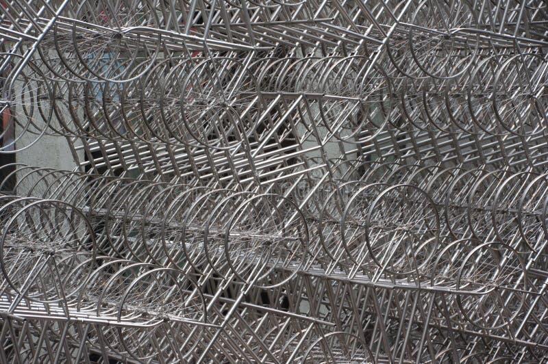 Tausend Fahrräder im Stahl lizenzfreie stockbilder