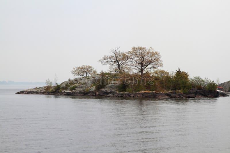 Tausend Inseln in Kingston Ontario-Bereich am nebeligen Tag lizenzfreie stockfotografie