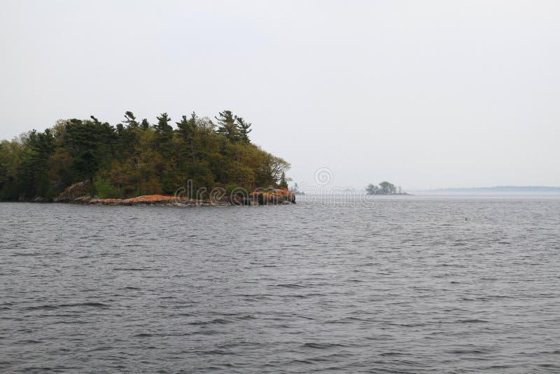 Tausend Inseln in Kingston Ontario-Bereich am nebeligen Tag lizenzfreies stockbild