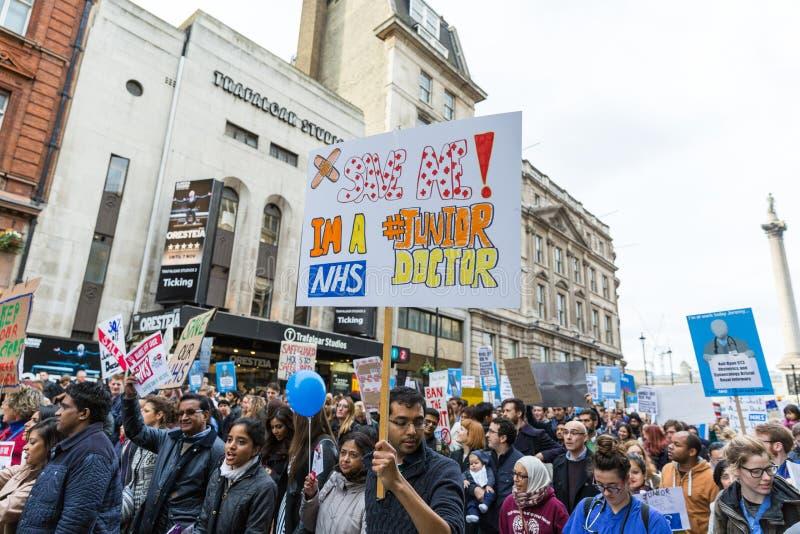 Tausendejuniordoktorprotest in London lizenzfreie stockfotografie
