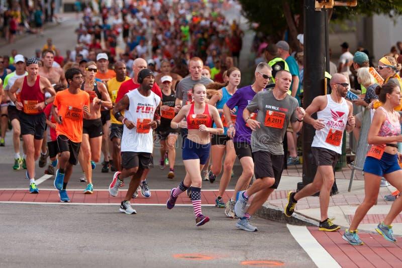 Tausenden gelaufen in Straßenrennen Atlantas Peachtree stockfotografie