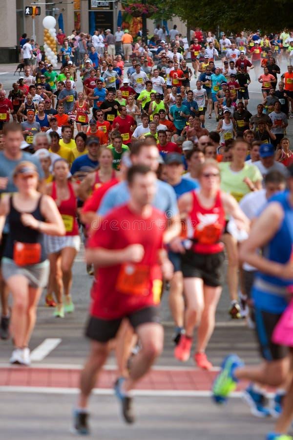 Tausenden Läufer nehmen an Straßenrennen Atlantas Peachtree teil stockfotos