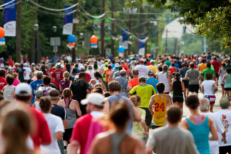 Tausenden laufen gelassen in Richtung zur Ziellinie von Straßenrennen Atlantas Peachtree stockfotografie