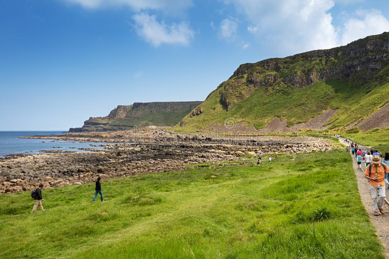 Tausenden Touristen, die riesige ` s Damm in der Grafschaft Antrim von Nordirland besuchen stockbilder